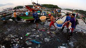 Laut einem Bericht des Forums soll es im Jahr 2050 in den Meeren mehr Plastikmüll als Fische geben.