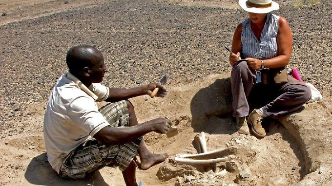 Dr. Marta Mirazon Lahr und Justus Edung bei der Ausgrabung des Skeletts einer Frau.