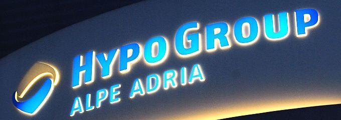 Jahrzehntelang hat sich die Hypo Alpe Adria bei Investoren mit günstigem Geld versorgt - inzwischen tobt seit Jahren ein Streit um die Kosten für ihre Abwicklung.