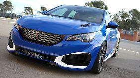 Böse grinst der Peugeot 308 R-Hybrid die Vorausfahrenden im Rückspiegel an.