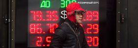 So billig wie noch nie: Rubel stürzt auf Rekordtief