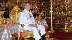 Der 88-jährige Bhumibol ist der dienstälteste Monarch der Welt und wird von vielen Thailändern verehrt.