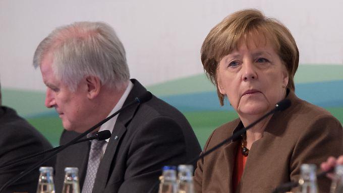 CSU-Chef Horst Seehofer und CDU-Chefin Angela Merkel tragen ihren Konflikt hinter verschlossenen Türen aus.