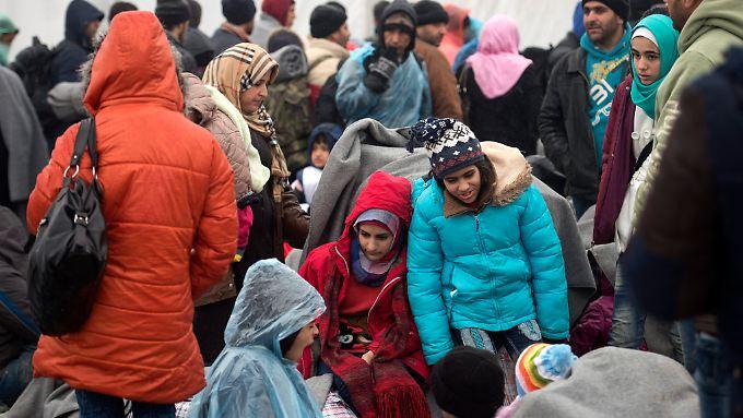 Flüchtlinge harren an der Grenze von Serbien nach Mazedonien aus.