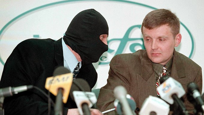 Ltiwinenko (r.) bei einer Pressekonferenz 1998.