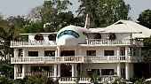 Hier ist kein Flugzeug in ein Haus gekracht, das soll so sein: In Abuja, der Hauptstadt Nigerias, hat sich ein Hausbesitzer diesen Traum vom Fliegen erfüllt. Nicht schön, aber selten.