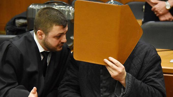 Der Angeklagte will sich vorerst nicht zu den Vorwürfen äußern. Anwalt Aydin beharrt darauf, Halil D. habe keinen Anschlag verüben wollen.