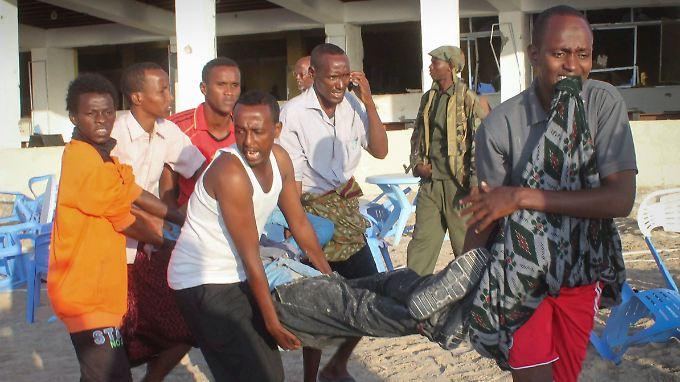 Helfer bergen Verletzte aus dem Restaurant im beliebten Viertel Lido Beach.