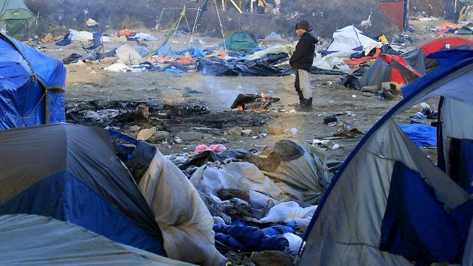 Die Lebensbedingungen für Flüchtlinge in Calais sind katastrophal, nur am offenen Feuer finden sie Wärme.