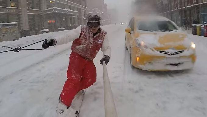 Gezogen von einem PS-starken Truck machte Casey Neistat und seine Freunde auf Snowboards und Skier den Big Apple unsicher.