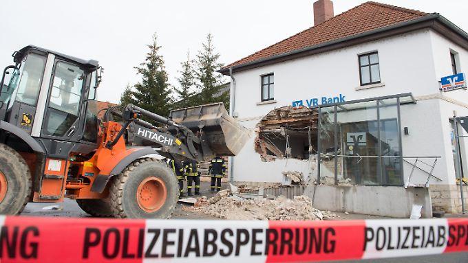Eine Bankfiliale im thüringischen Mellingen, wo Räuber im Januar mit einem Radlader die Mauer durchbrochen hatten.