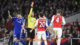 """Nach 18 Minuten war für Per Mertesacker in Arsenals Spiel gegen Chelsea vorzeitig Schluss. In Unterzahl verloren mit """"Gunners"""" das Londoner Derby."""