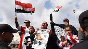 Ein paar Ägypter feierten am 25. Januar auf dem Tahrir-Platz die Militärregierung von Abdel Fatah al-Sisi.