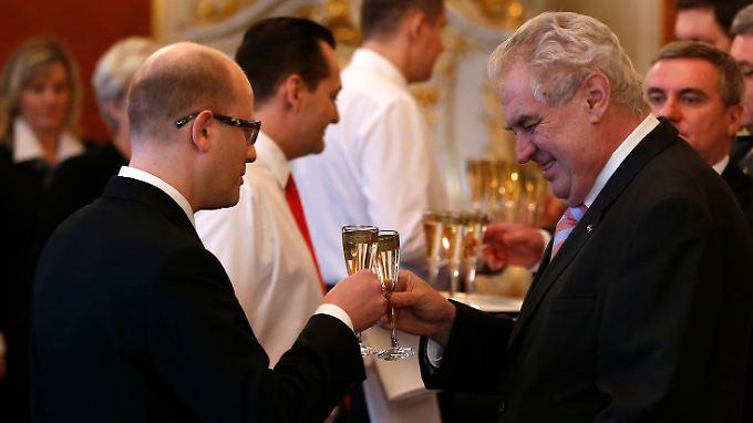 Anstoßen unter Feinden: Regierungschef Sobotka (l.) und Präsident Zeman