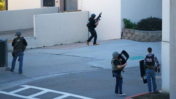 Routinemaßnahme bei Amokverdacht: Schwer bewaffnet rücken Sicherheitskräfte in San Diego vor.