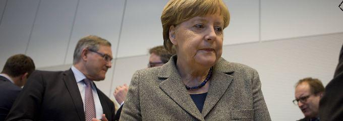 Angespannte Stimmung: Kanzlerin Merkel vor der Fraktionssitzung.