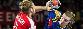 Beide Teams schenkten sich nichts: Hier blockt Dänemarks Jensen einen Angriffsversuch des Schweden Nilsson.