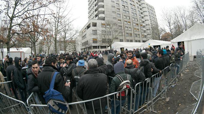 Dauerzustand am Lageso in Berlin: Flüchtlinge warten auf einen Termin.
