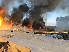 Brände in den Lagertanks von Ras Lanuf: Mit Angriffen auf die Ölförderanlagen zerstört der IS die Zukunftschancen des Landes.