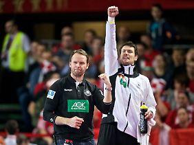 Der Inbegriff der deutschen Teamloyalität: Keeper Carsten Lichtlein (r., neben Trainer Dagur Sigurdsson).