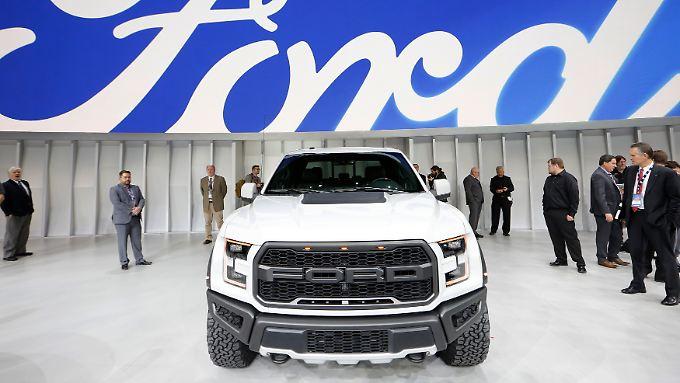 """Fahrzeuge wie für Fahrten durchs Krisengebiet: Auf der Automesse in Detroit präsentierte Ford einen 2017er F-150 """"Raptor""""."""