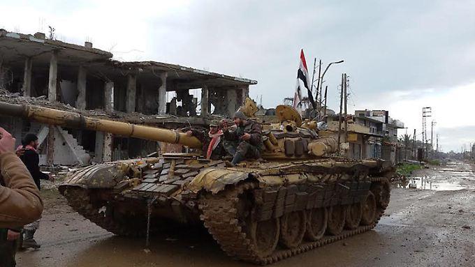 Kurz vor Beginn der Verhandlungen toben die Kämpfe unvermindert weiter: Hier rücken syrische Regierungstruppen in das von Rebellen eroberte Scheich Mischkeen ein.