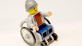 So sieht es aus, das neue Lego-Männchen im Rollstuhl.