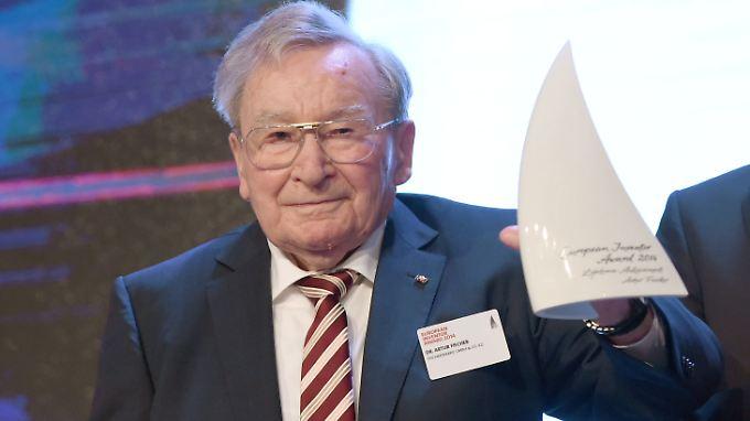 Artur Fischer mit seinem Lebenswerkpreis 2014.