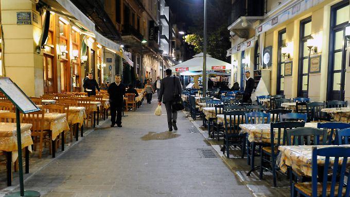 Monastiraki ist bei Athen-Touristen wegen der zahlreichen Restaurants und Bars sehr beliebt.