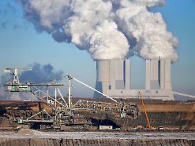 Braunkohletagebau Vereinigtes Schleenhain bei Pödelwitz (Sachsen). Im Hintergrund sind die Kühltürme des Kraftwerks Lippendorf.