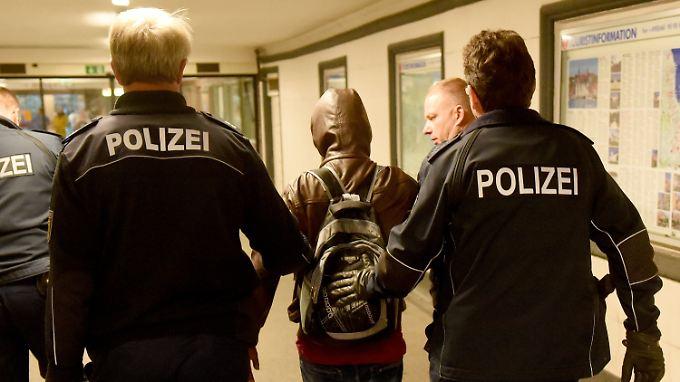 Wer in Deutschland straffällig wird, soll schneller abgeschoben werden können.