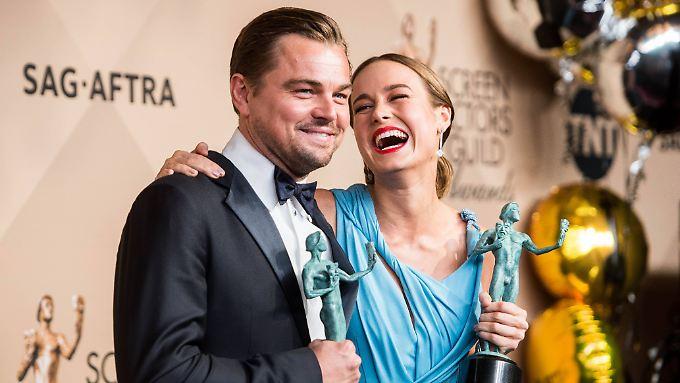 Leonardo DiCaprio und Brie Larson freuen sich über ihre Sag-Awards.