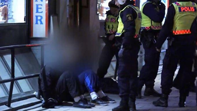 Gewalt in Stockholmer Innenstadt: Maskierter Mob jagt gezielt Ausländer
