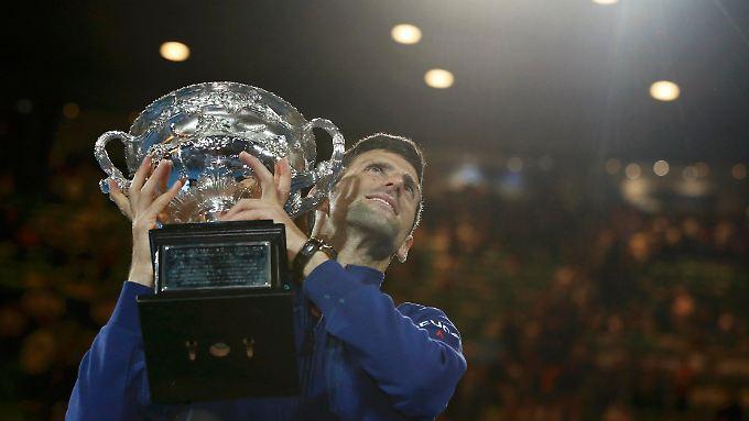 Novak Djokovic reckt zum sechsten Mal die Trophäe in den australischen Nachthimmel.