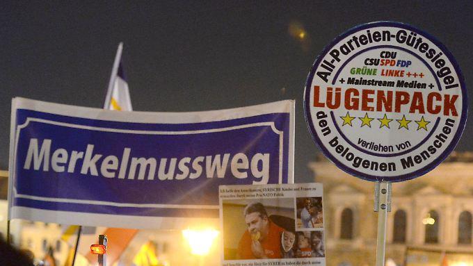 """Ein zweifelhaftes """"Gütesiegel"""", gehalten von einem Pegida-Demonstranten."""