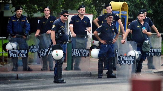 Griechische Beamte nahmen zwei Verdächtige fest. Im Bild: Polizisten in Athen.