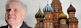 Auch 2011 besuchte Seehofer Russland - hier steht er auf dem Roten Platz in Moskau.