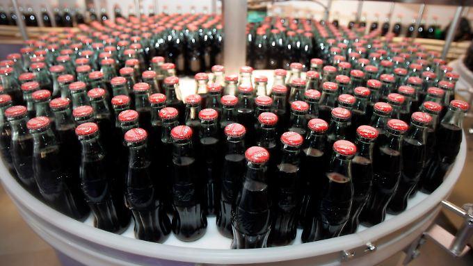 """Seit 1905 gilt Coca-Cola als Erfrischungsgetränk. Bis dahin war sie rund 20 Jahre lang als Medizin beworben und verkauft worden. Heute kennt man einige """"Nebenwirkungen""""."""