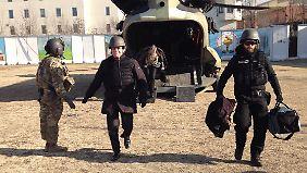 Der Minister mit Helm und Schutzweste bei seiner Ankunft in Kabul.
