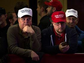 """Enttäuschte Gesichter im Lager der Trump-Anhänger: """"Mache Amerika wieder groß."""""""