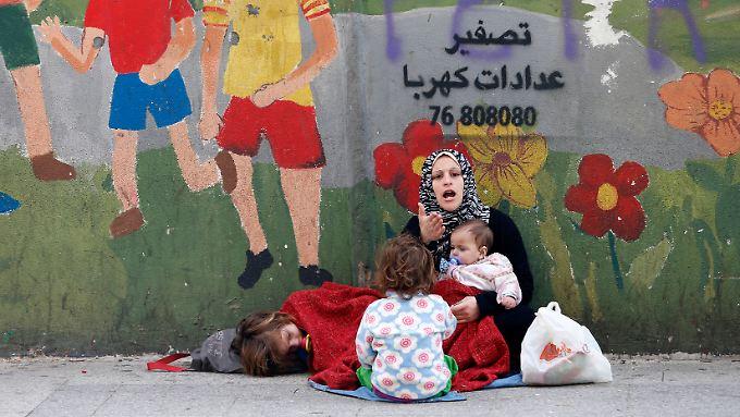 Eine junge Syrerin muss mit ihren Kindern in der libanesischen Hauptstadt Beirut auf der Straße betteln.