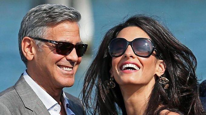 Weißes Haar kann auch ein Segen sein - so wie bei George Clooney. Seiner Frau Amal gefällt es offenbar.