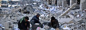 Ein paar Syrer im völlig zerstörten Damaskus