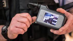 Die Polizisten sehen live das Bild ihrer Kamera