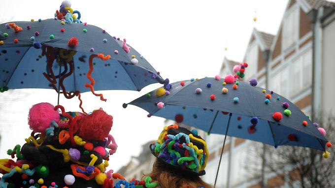 Zum Höhepunkt des Straßenkarnevals erwartet die Karnevalisten nasskaltes Wetter.