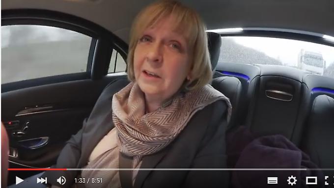 Hannelore Kraft filmt sich selbst im Dienstwagen beim Aktenstudium.