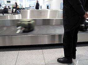 Wer lange am Gepäckband warten muss, kann schon mal nervös werden.