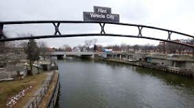 Um Geld zu sparen, wurde die Stadt aus dem Flint River mit Wasser versorgt.