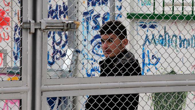 Ein Flüchtling wartet in einem neuen Registrierungszentrum auf der griechischen Insel Lesbos.