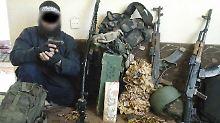 Die Polizei veröffentlichte ein Foto, dass den 34-jährigen Algerier, der im Sauerland festgenommen wurde, neben Waffen und Munition zeigt.